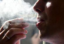 吸食电子烟